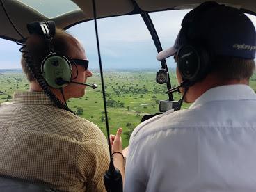 Dirk Brunner mit der Fimcrew afrika tours individuell im Helikopter über Okawango Delta