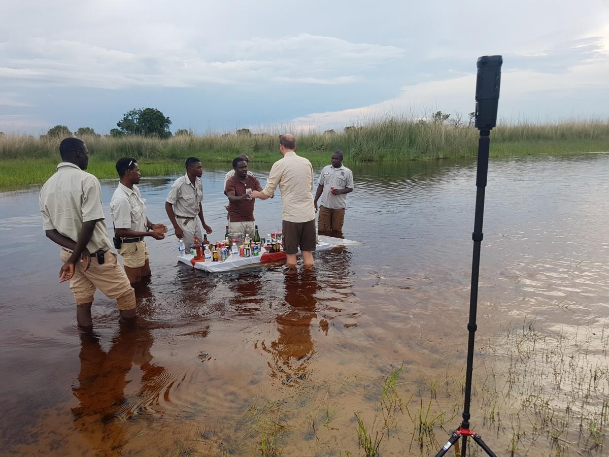 Sundowner im Okawango Delta im Wasser