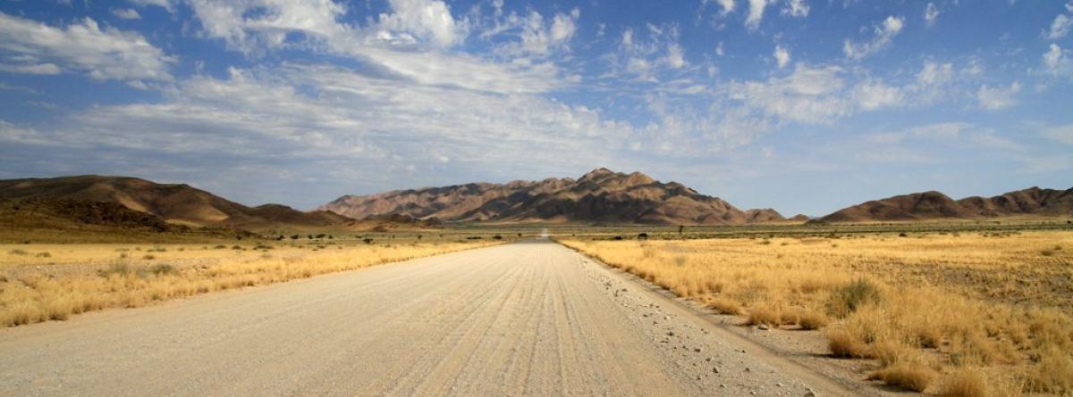 Schotterpiste in Namibia. So sehen Straßen in Namibia aus.