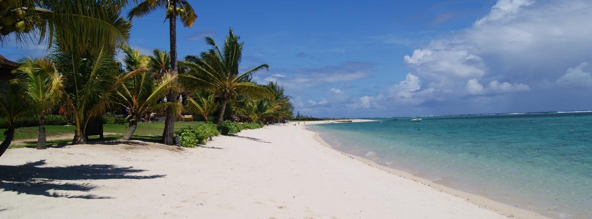 weißer Sandstrand und Sonnenwetter sind die perfekte Kulisse für Moneymooner in ihren Flitterwochen