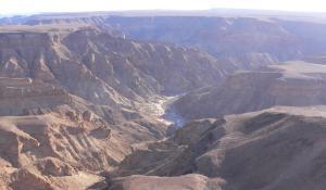 Lassen Sie sich vom Anblick des Fish River Canyon in Namibia überwältigen