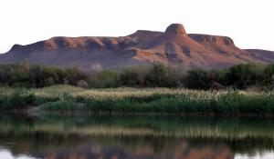 Der Oranje Fluss bildet den Grenzfluss zwischen Südafrika und Namibia und wird bei den Augrabies Falls zu einem donnernden Wasserfall