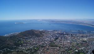 Genießen Sie den herrlichen Ausblick vom Tafelberg auf Kapstadt und die Table Bay