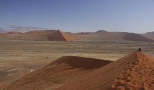 Erleben Sie die atemberaubende Dünenlandschaft des Sossusvlei in der Namib Wüste