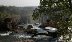 Besuchen Sie die Stelle, wo sich das Wasser des Zambezi sammelt, und als die berühmten Viktoria Fälle hinabdonnert