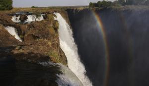 Erleben Sie wie aus dem bezaubernden Spiel aus Sonne und Wasser der Viktoria Fälle herrliche Regenbögen entstehen