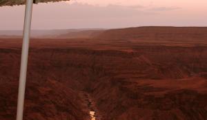 Zur Dämmerung ergeben sich am Fish River Canyon in Namibia herrliche Lichtspiele