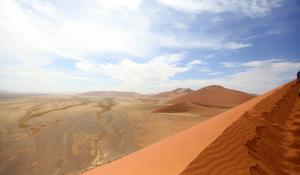 Der Ausblick über die orangenen Dünen des Sossusvlei in Namibia ist ein unvergesslicher Moment