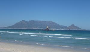 Vom Strand in Table View in Kapstadt hat man einen herrlichen Blick auf den atemberaubenden Tafelberg