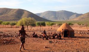 Lernen Sie den interessanten Stamm der Himba im Damaraland in Namibia kennen