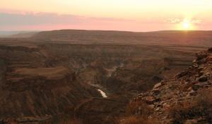 Genießen Sie einen einzigartigen Sonnenuntergang am Fish River Canyon in Namibia