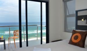 Genießen Sie in der Greenfire Dolphin Coast Lodge in Südafrika von Ihrem privaten Balkon den Blick über den Indischem Ozean