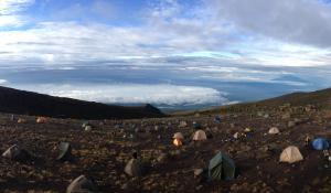 Schlagen Sie Ihre Zelte direkt im beeindruckenden Kilimanjaro-Massiv auf