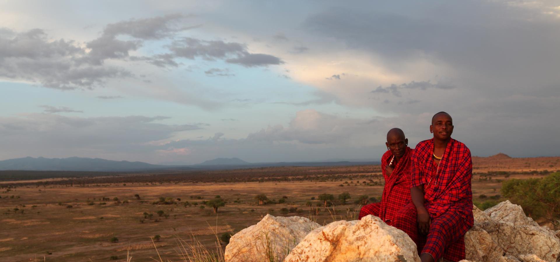Massai im Abendlicht - Tansania Reisen & Urlaub