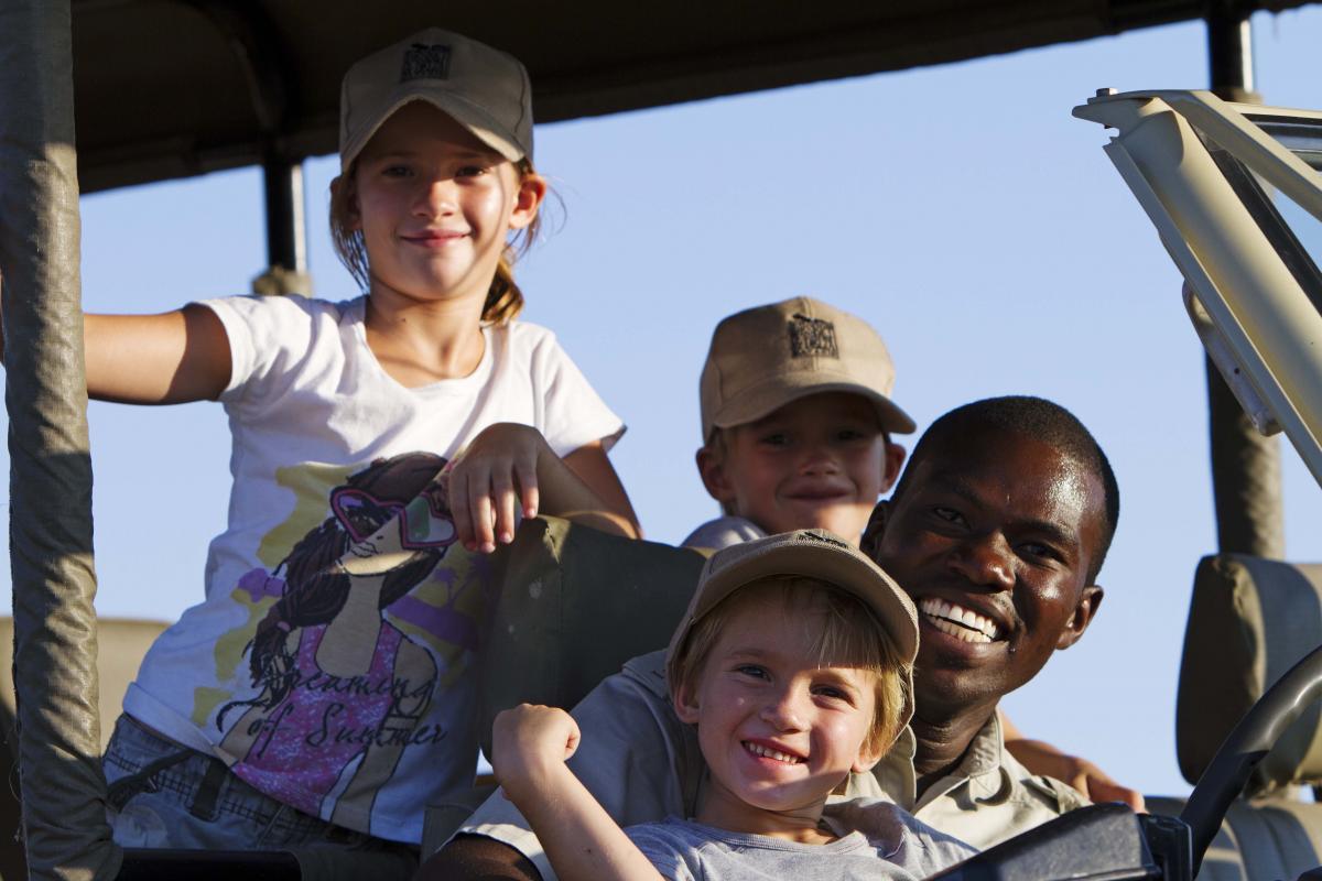 Ranger mit Kindern auf Safari im Jeep