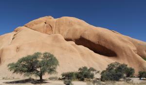 Das Damaraland ist mit seinen geologischen Highlights in Twyfelfontein ein absolutes Muss jeder Namibia-Reise