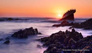 Genießen Sie einen atemberaubenden Sonnenuntergang in der unberührten Natur des Grootbos Nature Reserve in Südafrika