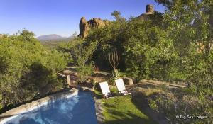 Relaxen Sie nach einer herrlichen Wanderung im Erongo Gebirge in Namibia am Pool Ihrer Lodge
