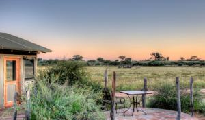 """Genießen Sie bei einem """"Sundowner"""" von Ihrer privaten Terrasse die einzigartige Atmosphäre der Kalahari"""