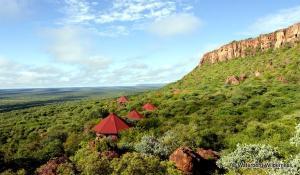 Die Waterberg Plateau Lodge in Namibia bietet einen atemberaubenden Ausblick über die grüne Buschlandschaft der Kalahari