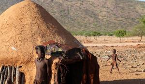 Im Damaraland in Namibia besteht die Möglichkeit dem traditionellen Himba-Volk zu begegnen