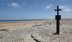 Besuchen Sie das historisch wertvolle Denkmal am Cape Cross, wo auch die wohl größte Robbenkolonie Namibias beheimatet ist