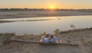 Heute erhalten Sie einen Transfer zum Flughafen Likoma und fliegen nach Lilongwe. Von dort geht es über Johan-Paar am Lake Malawi beim Sonnenuntergang
