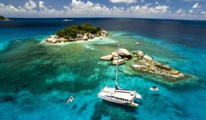 Seychellen Inseln mit Segelboot