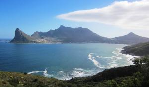 Die spektakuläre Küstenstraße Chapman's Peak Drive bei Kapstadt gewährt herrliche Blicke auf die Hout Bay