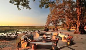 Erleben Sie die abendliche Stimmung der afrikanischen Wildnis an der Boma der Kafunta River Lodge in Zambia