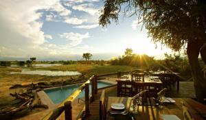 Nehimba Lodge - Blick über den Pool