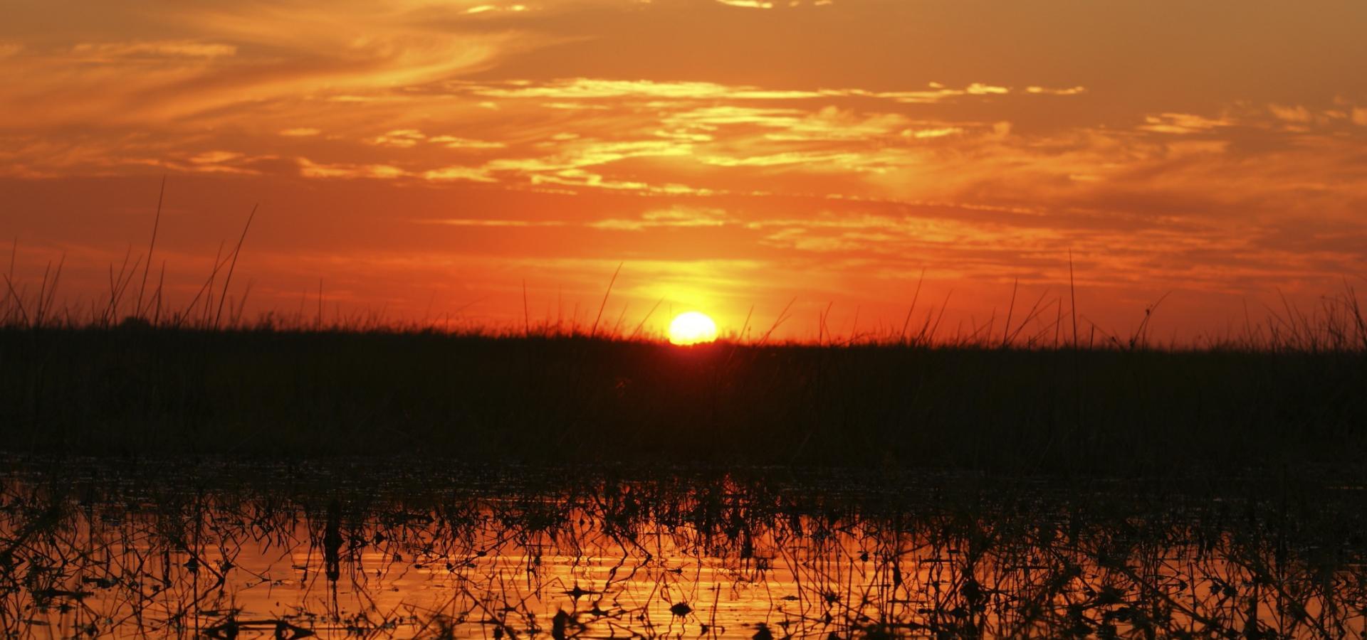 Genießen Sie romantische Sonnenuntergänge im Okavango Delta in Botswana