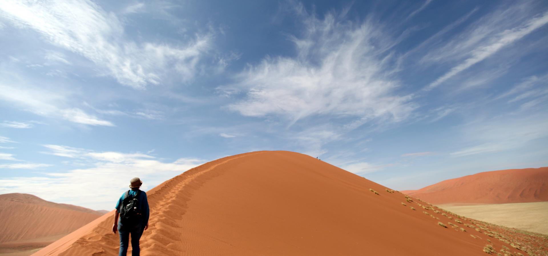 Unternehmen Sie eine eindrucksvolle und schweißtreibende Wanderung auf den orangefarbenen Dünen des Sossusvlei in Namibia
