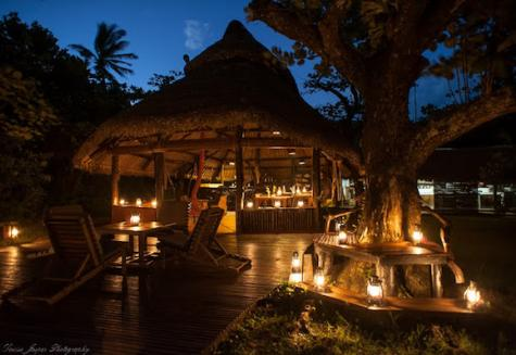 Manafiafy Beach & Rainforest Lodge  Main Area bei Nacht