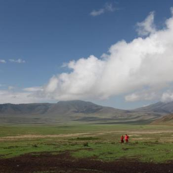 Panoramasicht auf den Ngorongoro Krater mit zwei Massai